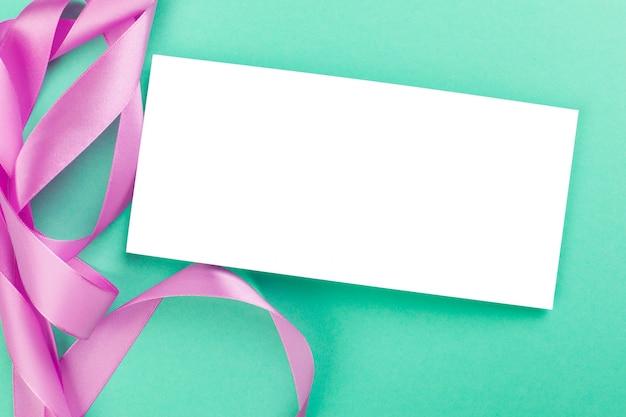 Пустая карточка с лентой Premium Фотографии