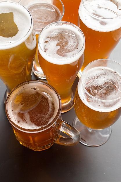 ラガービールのテーブル Premium写真