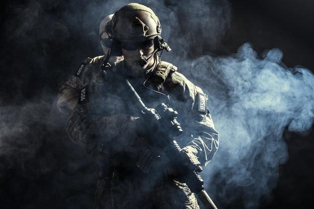 ライフルを持つ戦闘服の治安部隊のグループ Premium写真