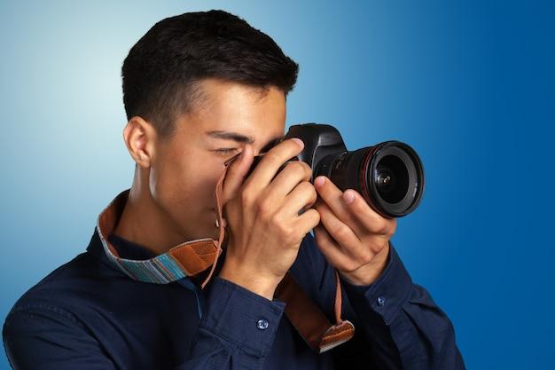 デジタルカメラで写真を撮る幸せな男 Premium写真