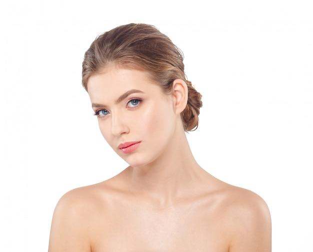 健康的な肌を持つ若い美しい女性の顔の肖像画。 Premium写真