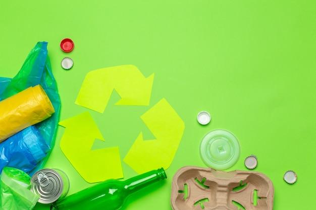 テーブルの背景の上にリサイクルシンボルとエコの概念 Premium写真