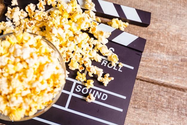 映画クラッパーボードとポップコーン Premium写真