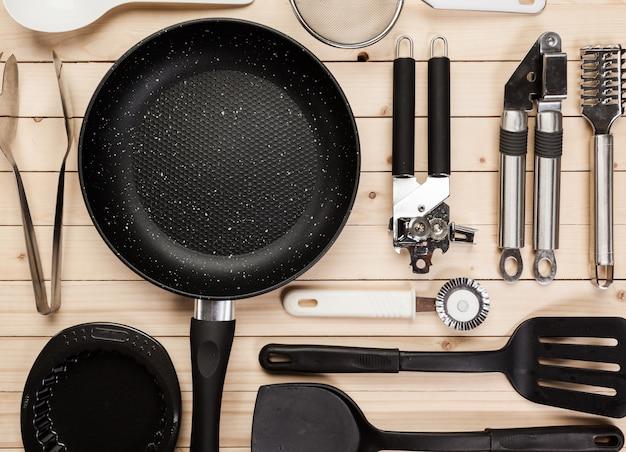 調理器具や木製のテーブルの上のアクセサリー。 Premium写真