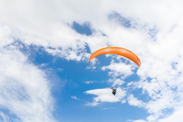 Параплан летит высоко Premium Фотографии