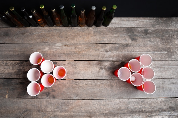 木製のテーブルの上のゲームビール卓球 Premium写真
