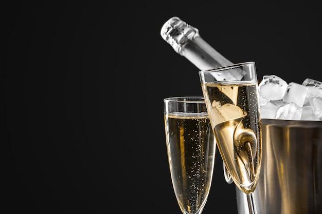 ボトルとシャンパングラス Premium写真