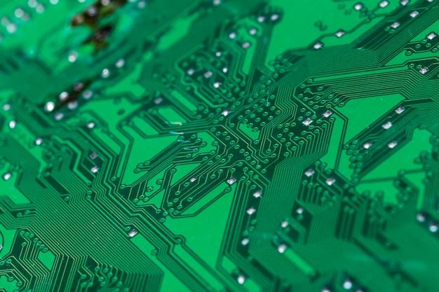 印刷された緑色のコンピューター回路基板のクローズアップ Premium写真