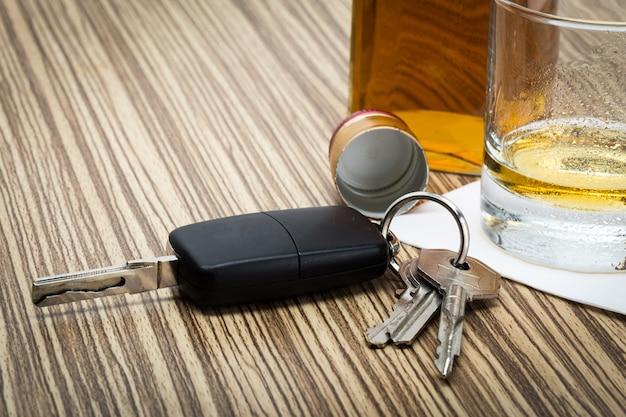 Ключ от машины на стойке с пролитым алкоголем Premium Фотографии