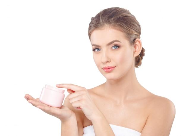 Женщина с кремом по уходу за кожей лица Premium Фотографии