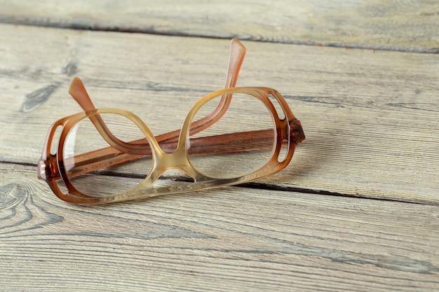 木製のテーブルの上の眼鏡 Premium写真