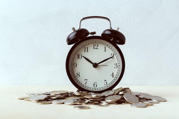 Время - деньги, настольные часы с монетами Premium Фотографии