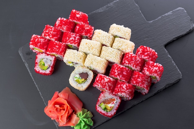 日本食レストラン、黒のスレートプレートに巻き寿司、 Premium写真
