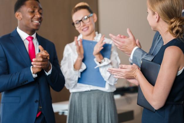 ビジネスグループ会議討論戦略ワーキングコンセプト Premium写真