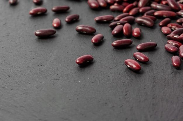 Красная фасоль на черном столе Premium Фотографии