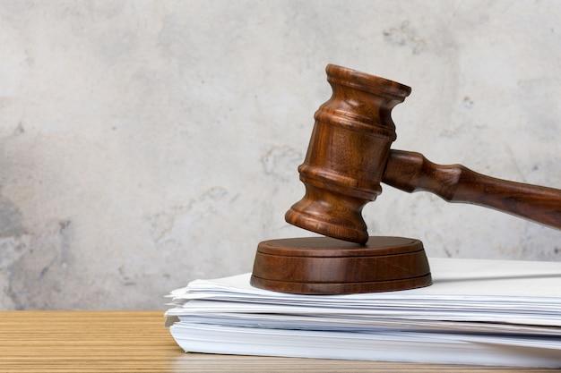 ホワイトペーパーとテーブルの上の裁判官のハンマー Premium写真