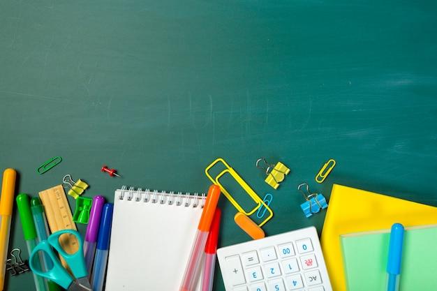 黒板に学校や事務用品 Premium写真