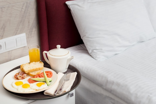 ホテルの部屋でベッドでの朝食 Premium写真