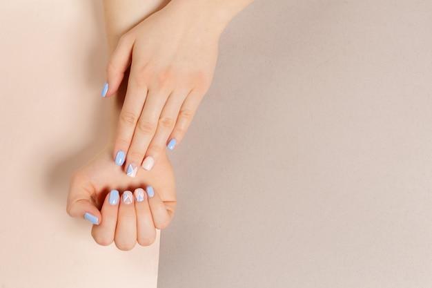 スタイリッシュなトレンディな女性のマニキュア Premium写真