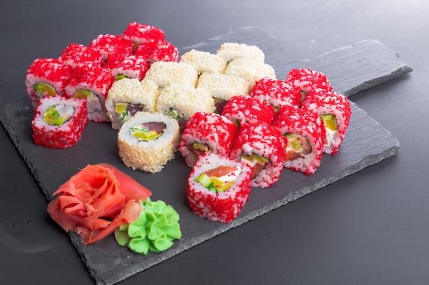 日本食レストラン、黒スレートプレートの巻き寿司 Premium写真