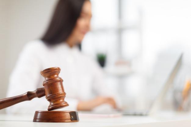 テーブルの上の木製の小槌。法廷で働く弁護士。 Premium写真