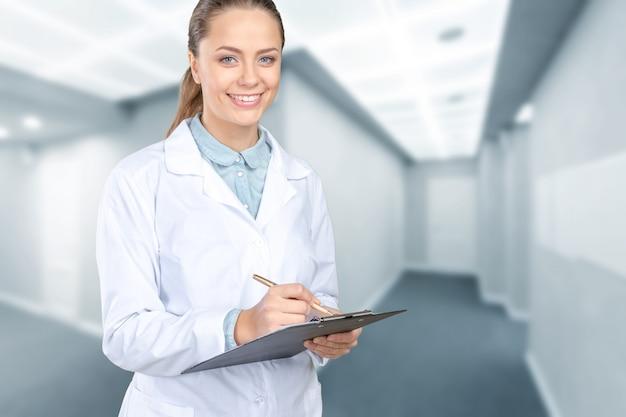 医療女医の笑みを浮かべてください。 Premium写真