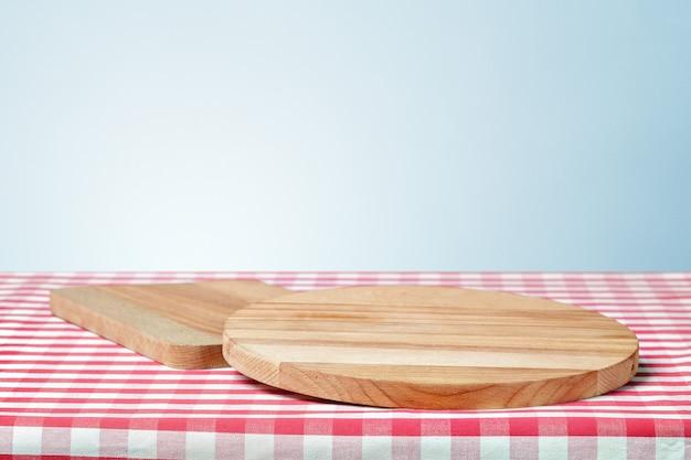 テーブルの上のナプキンで木の板 Premium写真