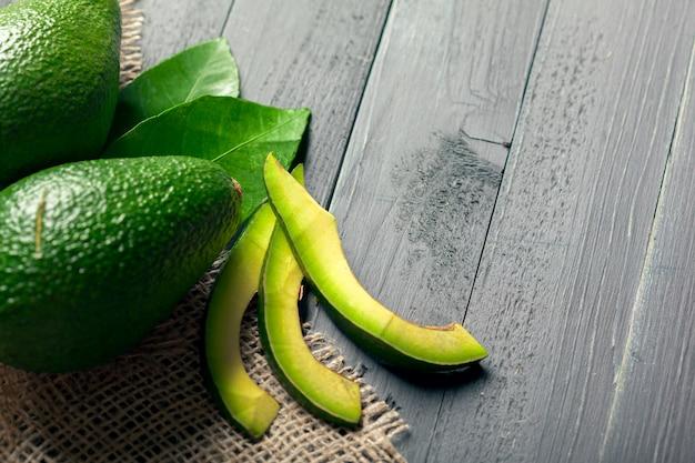 Авокадо на дереве Premium Фотографии