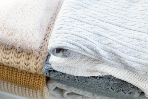 白の居心地の良いニットセーターのスタック Premium写真