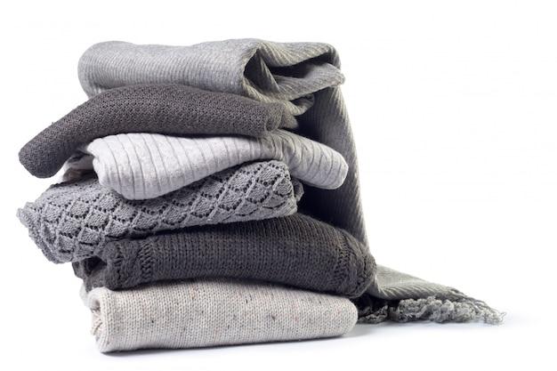 白で隔離される様々なセーターのスタック Premium写真