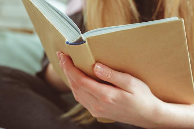 部屋で本を読む女 Premium写真