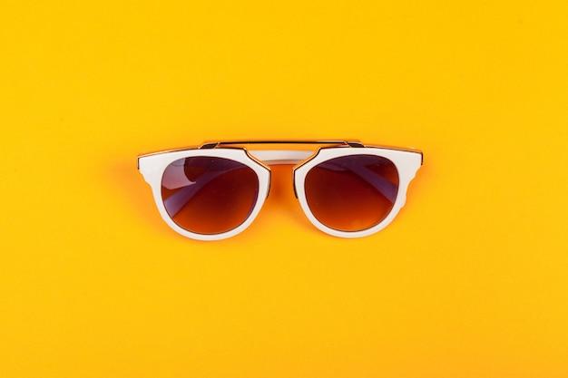 モダンなファッショナブルな眼鏡絶縁 Premium写真