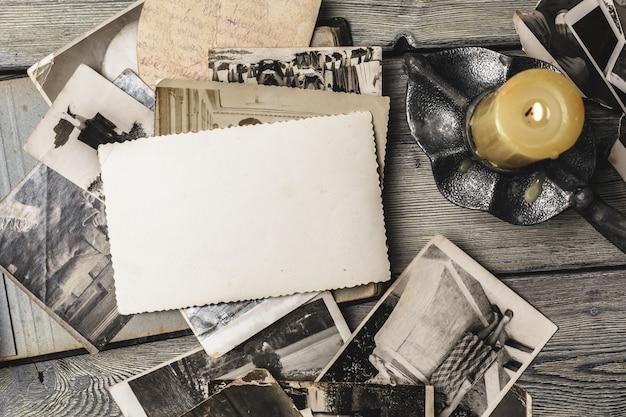 木製のテーブルにレトロないくつかの古い写真 Premium写真