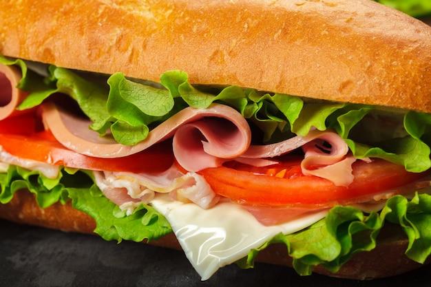 木製のテーブルの上のサンドイッチ Premium写真