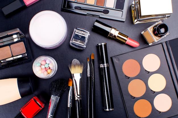 暗い背景、クローズアップの化粧品 Premium写真