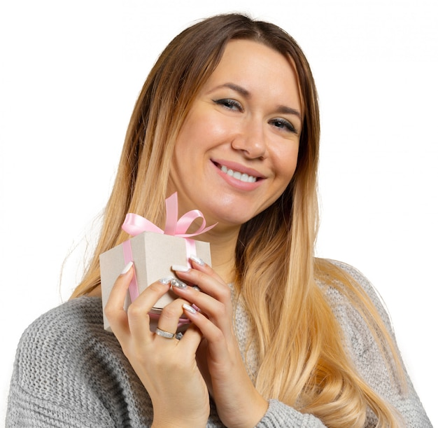若い女性とギフト白で隔離 Premium写真