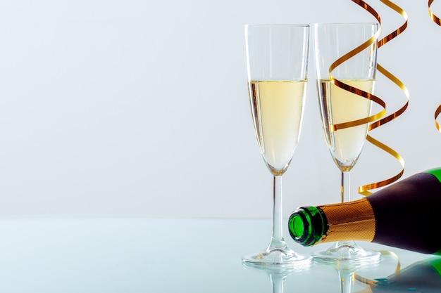 シャンパンと大晦日のお祝いの背景 Premium写真