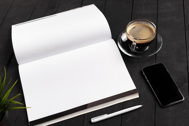 モックアップ雑誌や木製のテーブルのカタログ。 Premium写真