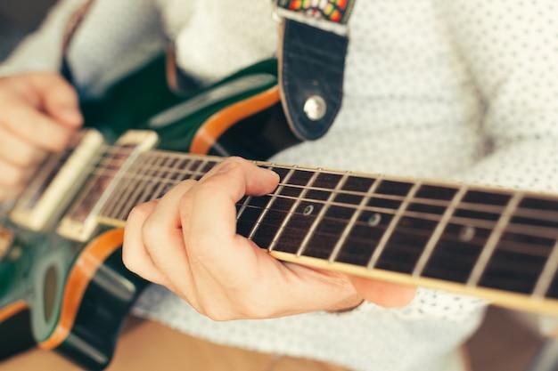 ギターを弾く男 Premium写真