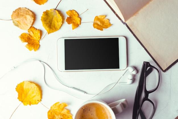 トップビューのスマートフォンが黒い画面でテンプレートをモックアップ Premium写真