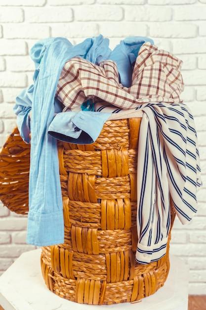 Одежда в деревянной корзине Premium Фотографии