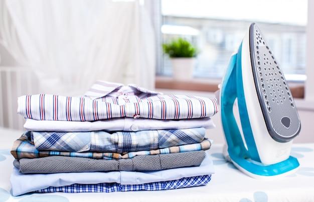Электрический утюг и рубашки Premium Фотографии