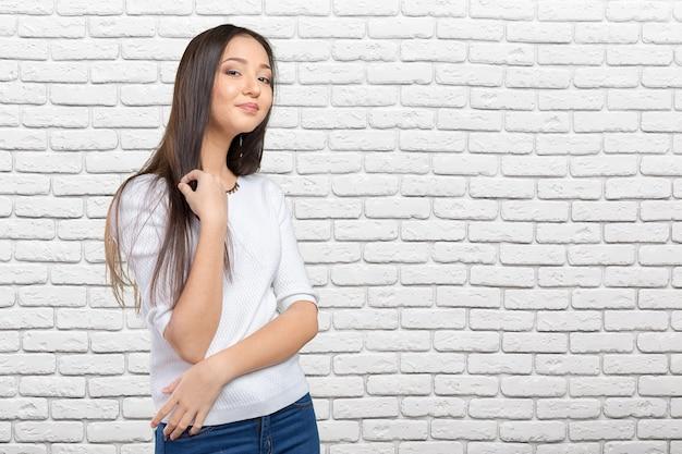 カジュアルな混血アジア白人女性笑顔幸せそうに見えます Premium写真