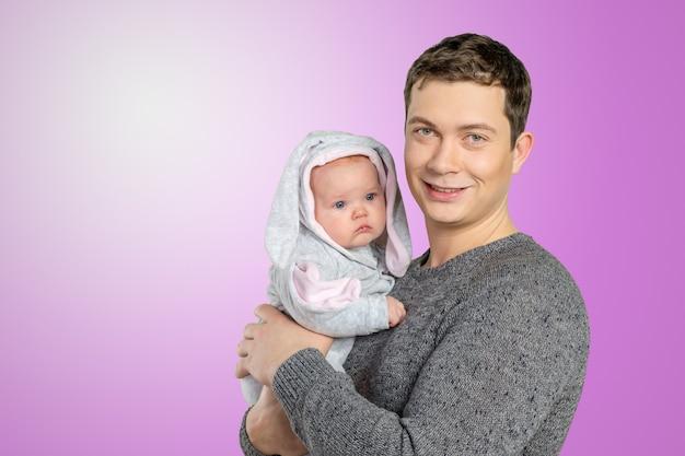 赤ちゃんを抱えて幸せな若い男 Premium写真