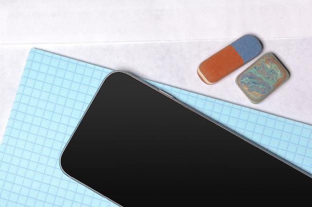 テーブルの上の黒いスマートフォン Premium写真