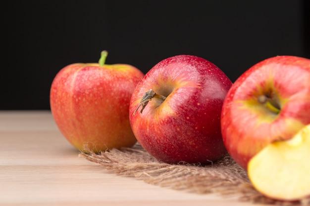 新鮮な赤いリンゴ Premium写真