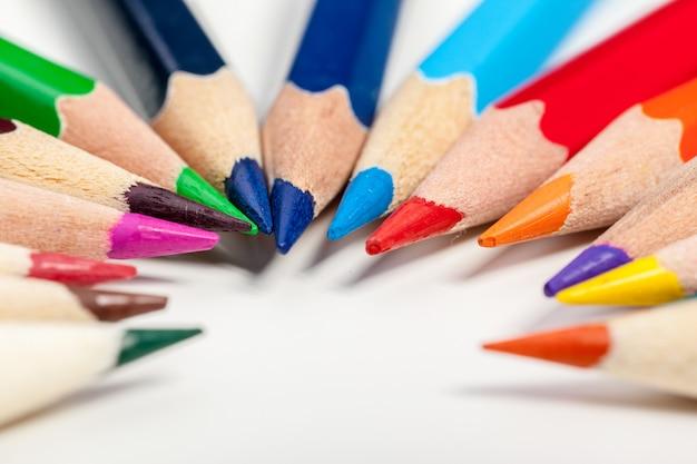 教育や学校に戻るコンセプト。色鉛筆のマクロ撮影を閉じる Premium写真