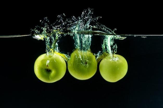 水の下で青リンゴ Premium写真