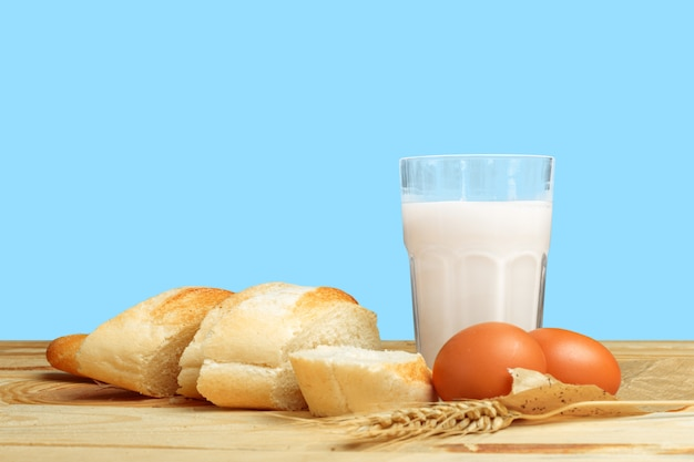 パンと牛乳のテーブル Premium写真
