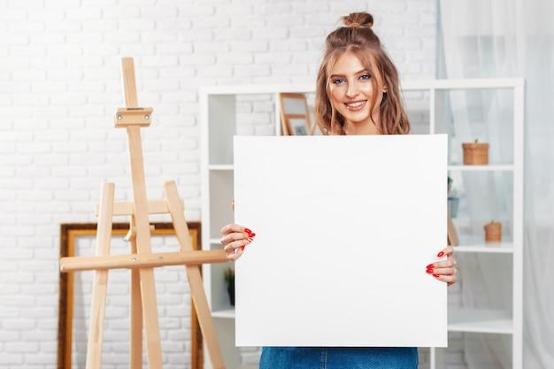 イーゼルのかなり才能のある女性画家の絵 Premium写真